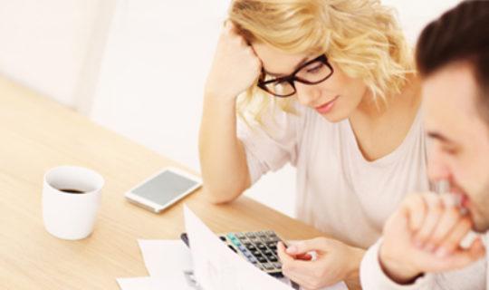 Couple deciding how to borrow money - thumbnail